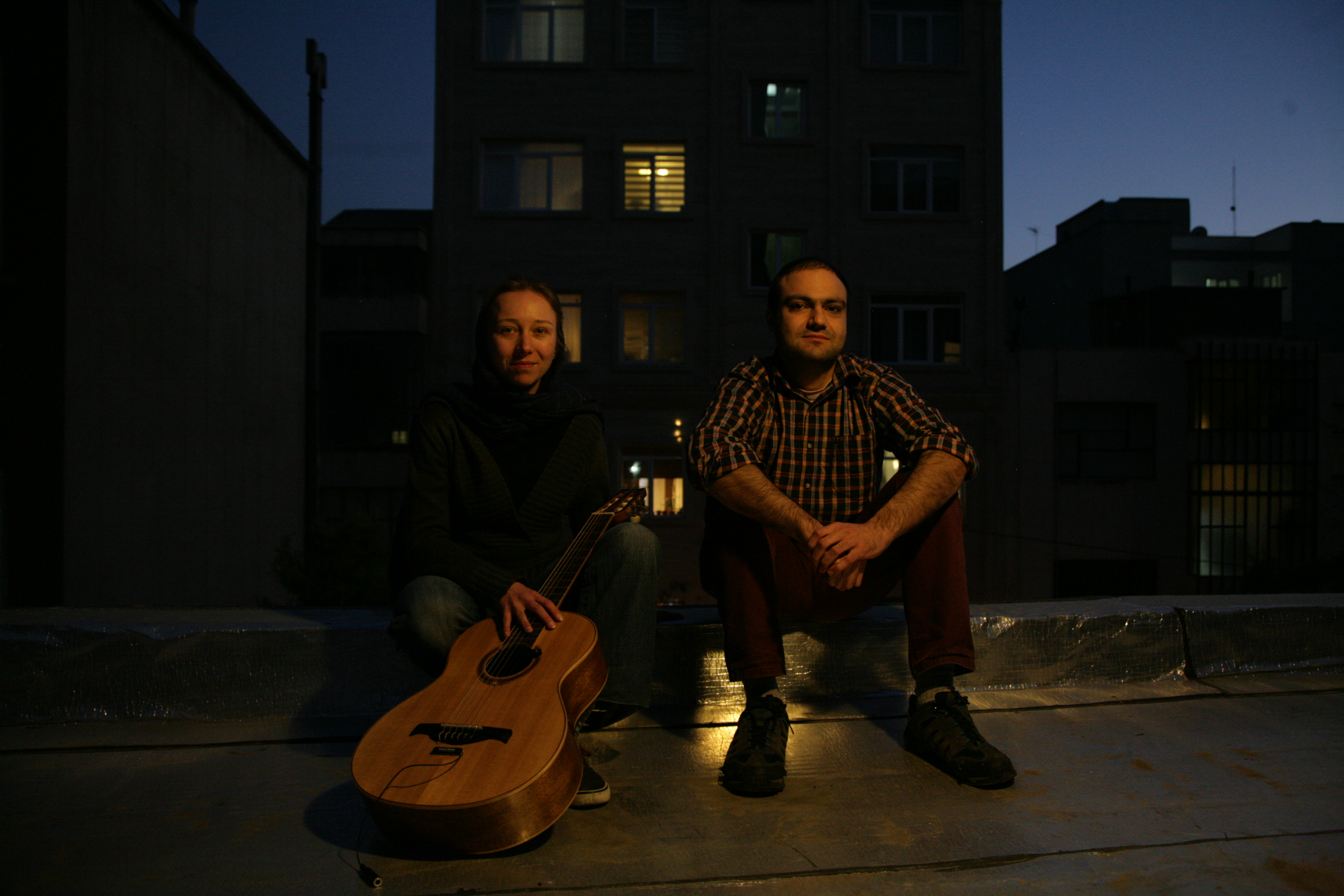 Leonie Roessler and Sohrab Motabar sitting outside